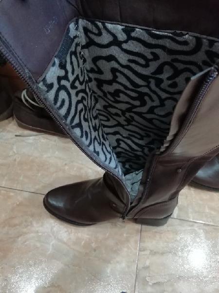 Dos pares de botas marrones