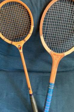 Antiguas raquetas de madera, tenis y badminton