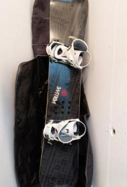 Tabla de snowboard con funda para transporte.