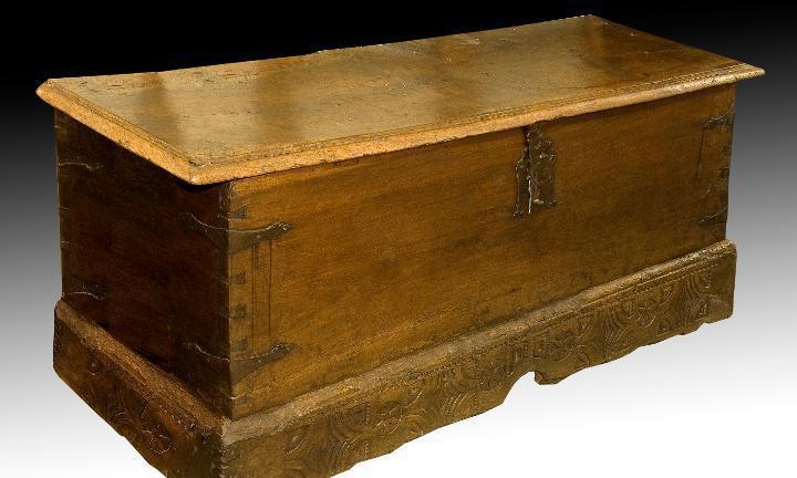 Arcón. madera de nogal, hierro. burgos, siglo xvii.