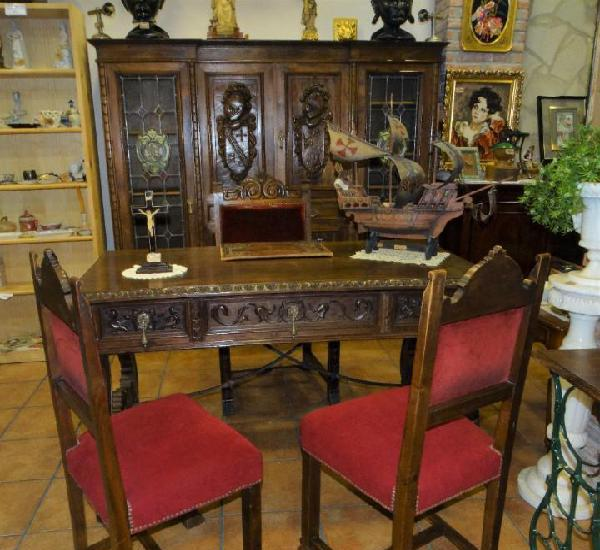 Despacho antiguo de nogal macizo con tallas escudos