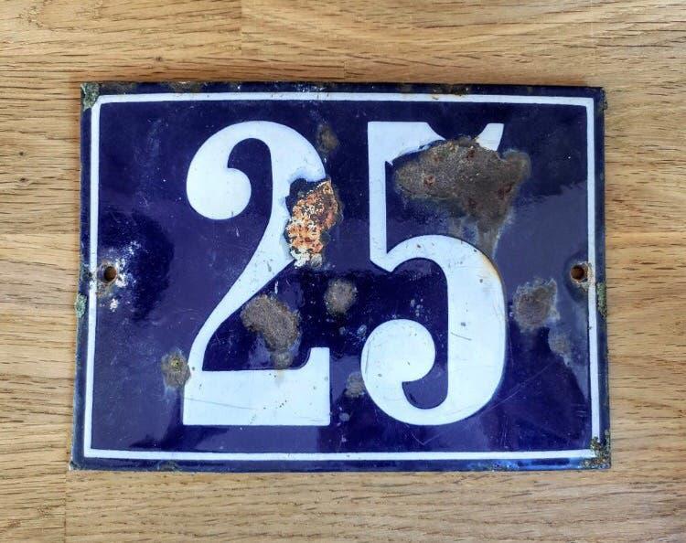 Número 25 hierro esmaltado. vintage