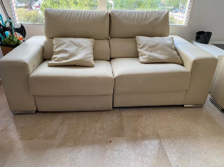 Sofá de polipiel color beige de 3 plazas