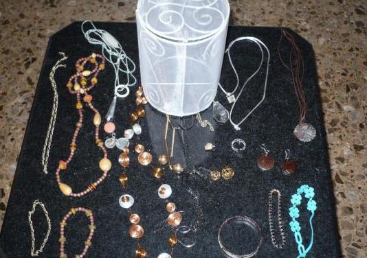 19 joyas de bisuteria, plata y oro bajo