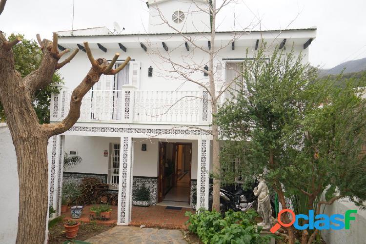 Casa de pueblo con jardin y patio