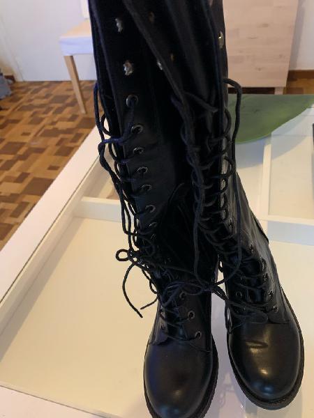 Botas negras piel sintética