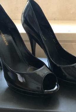 Peep toes armani negro