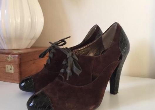 Zapatos abotonados piel