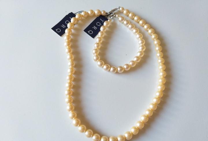 Conjunto de pulsera y collar antiguo de perlas de imitacion.