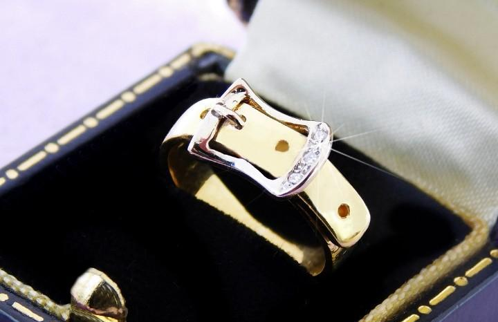 Oro 18k / diamantes - sortija con 3 pequeños brillantes y