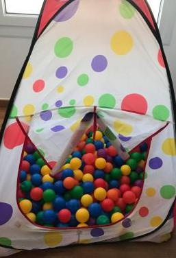 Tienda campaña con pelotas de colores