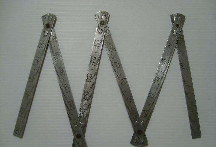 Antigua herramienta: metro plegable en metros y pulgadas -