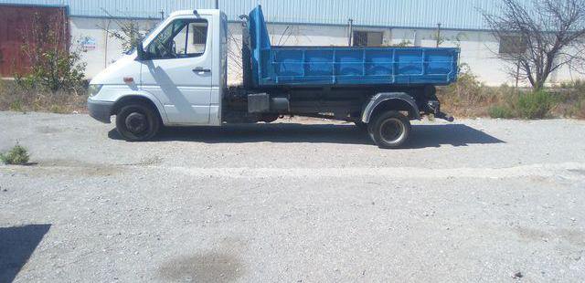 Camion 3500 kg con gancho portacontenedores