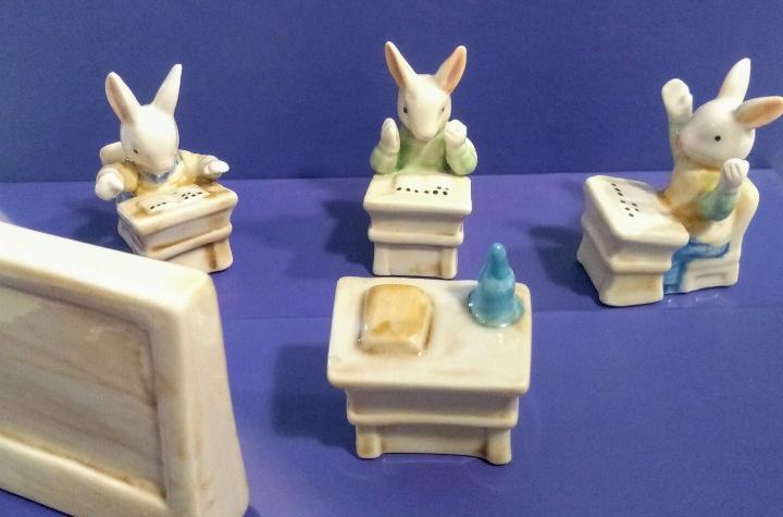 Conjunto escuela de conejos porcelana 5 piezas + 2 piezas de