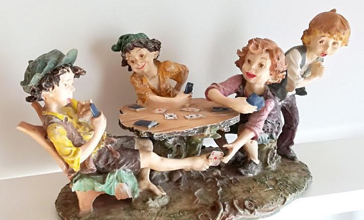 Gran figura escultura niños jugando cartas naipes 41 cm