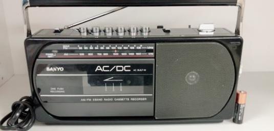 Radio cassette sanyo m1740f, funciona.