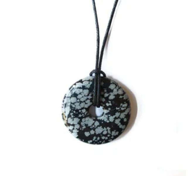Donut mediano de obsidiana nevada con cordón nuevo