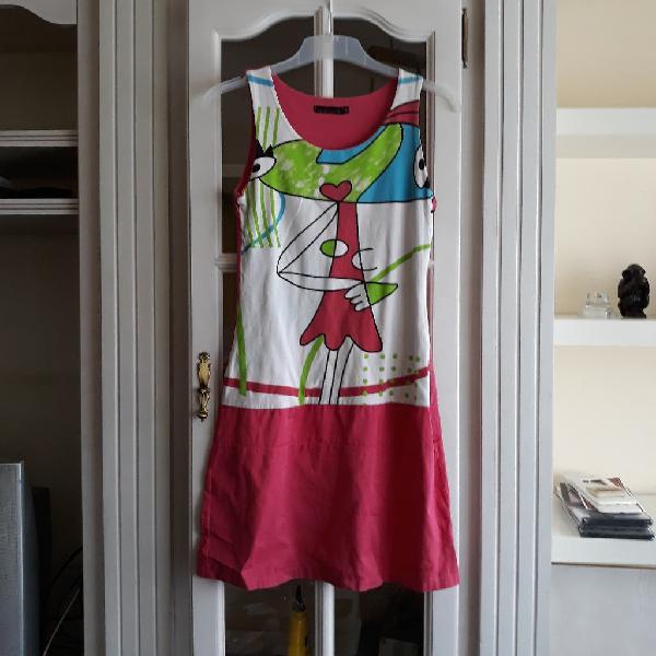 Vestido color fucsia con dibujo. talla m
