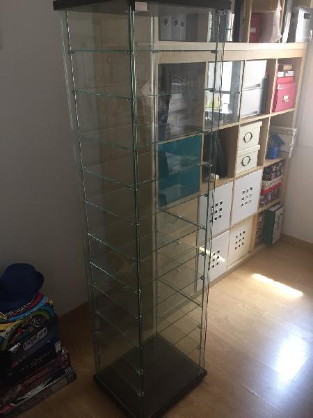 Vitrina Ikea con estantes extras regulables
