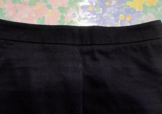 Falda negra de tubo con corte en la parte trasera
