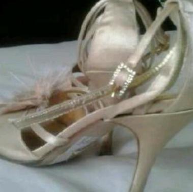 Zapatos de tacon elegantes color beig