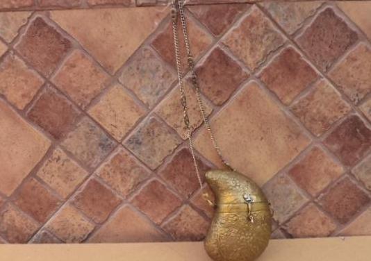 Bolso laton, mide de alto 17 cm, ancho 12 cm, la c