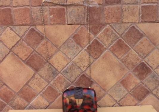 Bolso nacar, mide de alto 13 cm, ancho 16 cm, asa