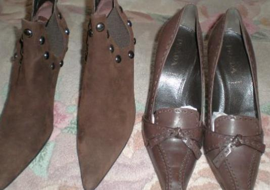 dos pares de zapatos de firmas de mujer.