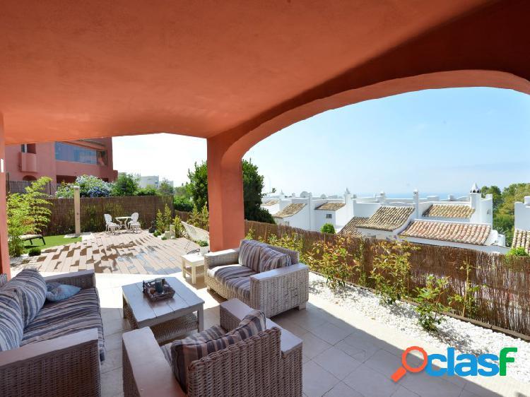 Amplísimo apartamento reformado con jardín y vistas al mar.