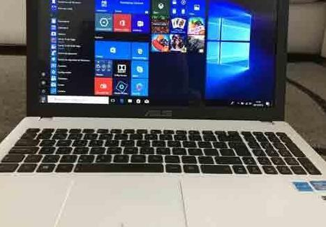 Asus procesador i3, windows 10, disco 700 gigas