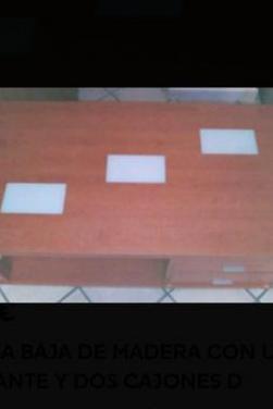 Mesa baja de madera con un estante.