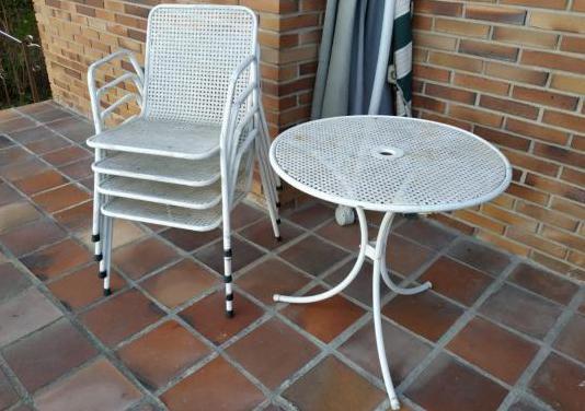 Mesa con 4 sillas de jardín