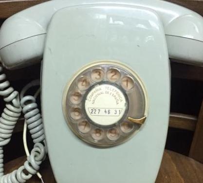 Teléfono vintage de pared.
