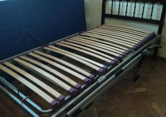 Cama articulada con barras laterales