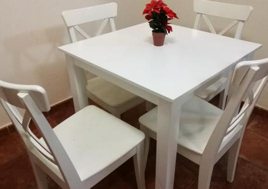 Mesa y cuatro sillas, compactas de buena calidad