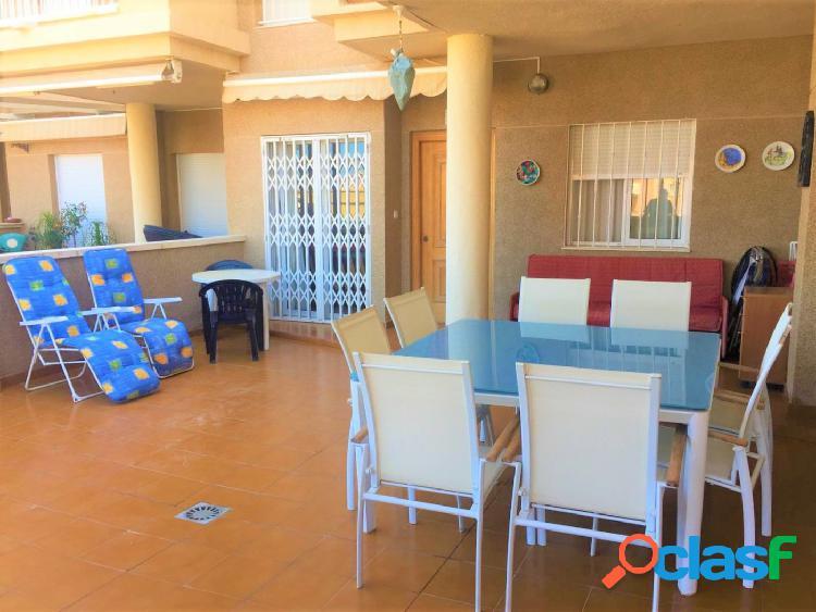Apartamento planta baja de 2 dormitorios con gran terraza piscina y parking a 100 metros del mar