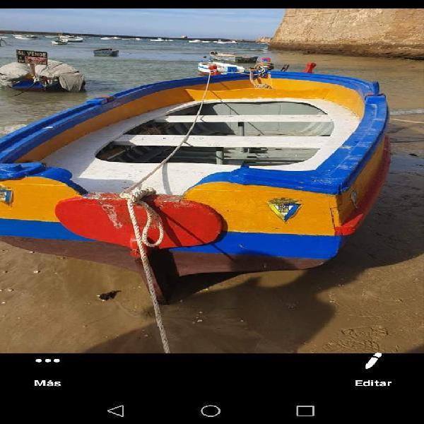 Embarcación de madera con documentación y motor