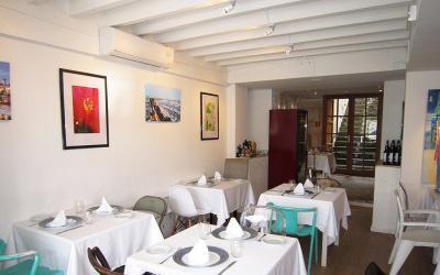 Restaurante con vistas y patio interior