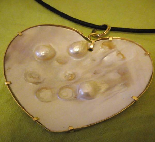 Unico colgante collar corazón de oro de 18 k y madre