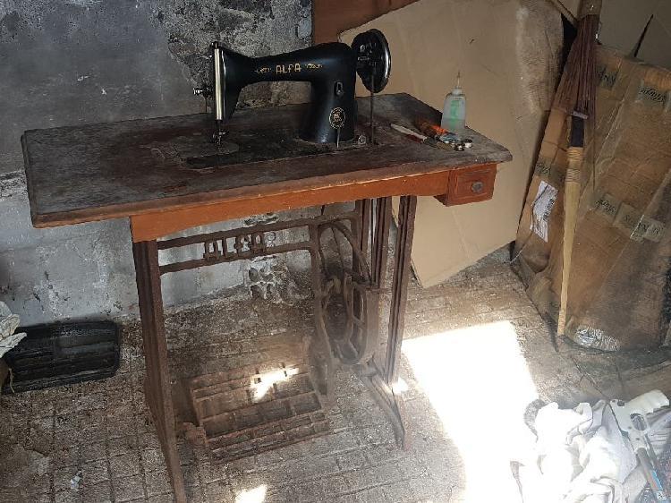Maquina coser alfa antigua para restaurar.
