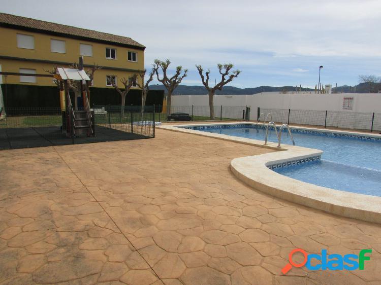Venta de adosado seminuevo con piscina y garaje en palma de gandia