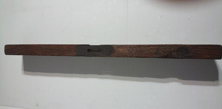 Antiguo nivel de madera 50 cm longitud con dos burbujas