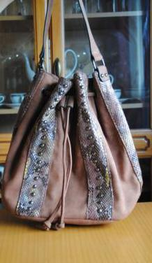 Bolso saco de antelina con tiras e incrustaciones