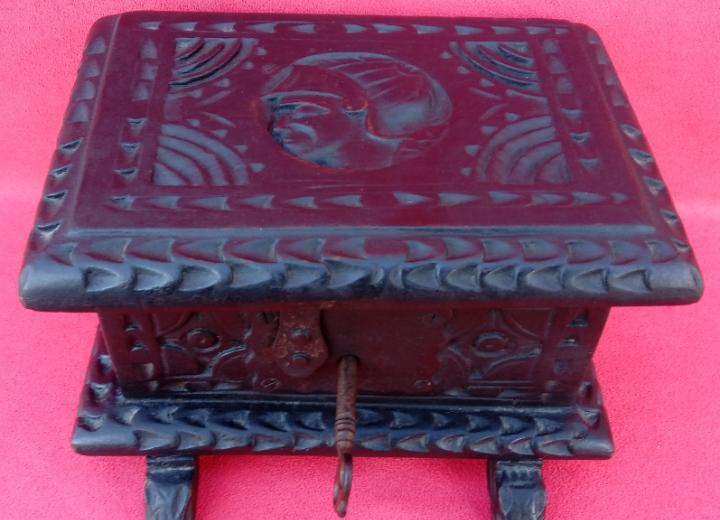 Caja, cajita o joyero antigua s. xix en madera de roble, con