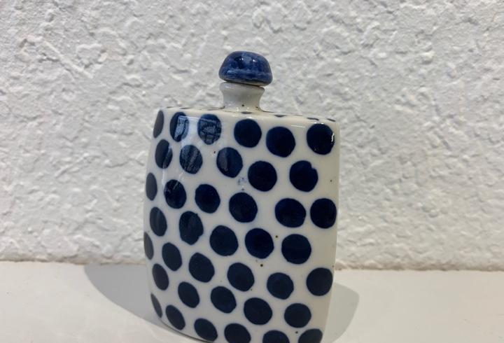 Snuff bottle perfumero en porcelana blanca y azul,