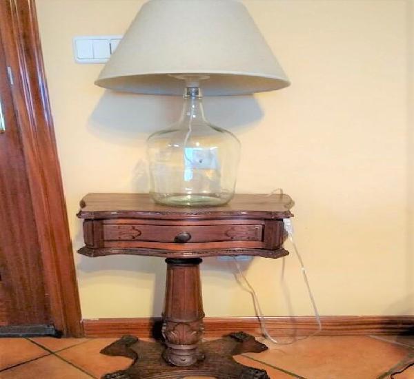 Mesita auxiliar y lámpara