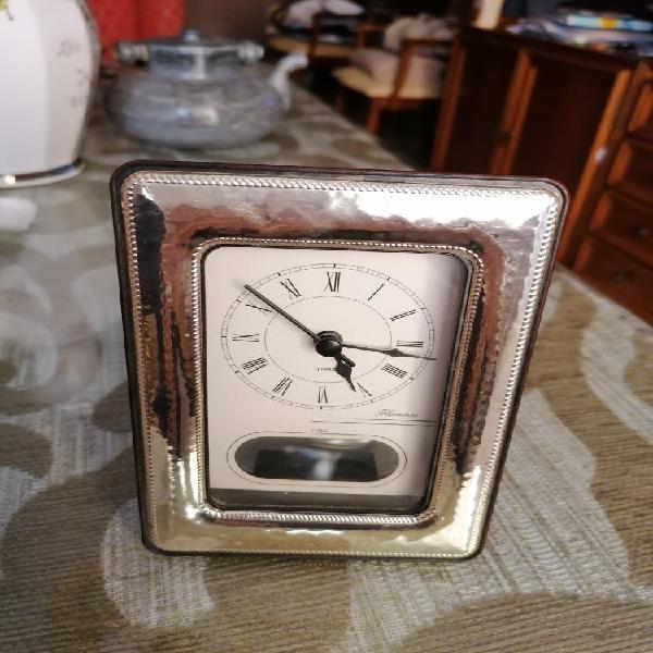 Reloj sobremesa de madera y marcó de plata de ley.