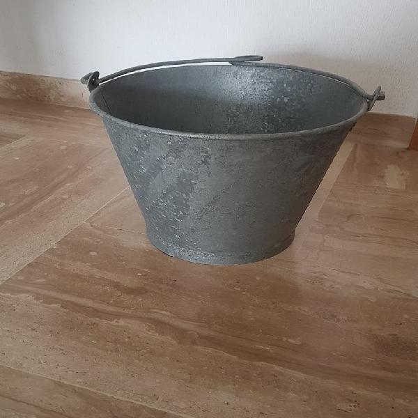 Cubo antiguo de pozo