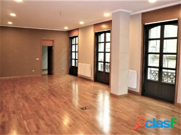 Piso de 163 m2 de tres dormitorios con dos garajes en el centro