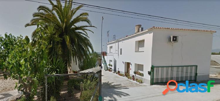 Casa en venta, 6 habitaciones y dos baños, con parcela de 4130 m2